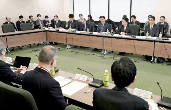 新型コロナウイルスによる肺炎の拡大を受け、厚生労働省で開かれた政府の専門家会議(24日)=共同