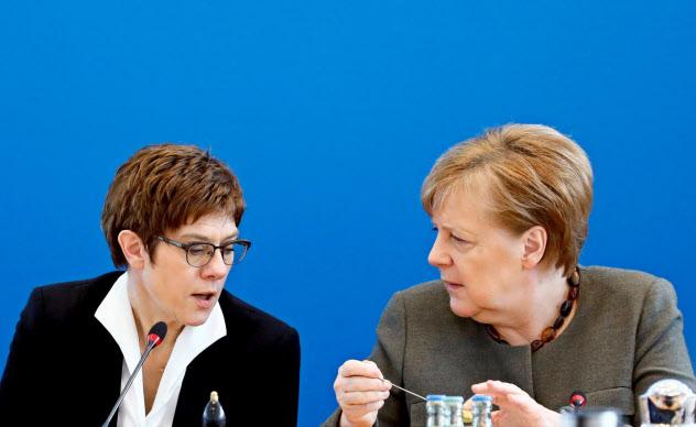 メルケル首相(右)の後継者だったクランプカレンバウアー氏はわずか1年強でCDU党首を退く=ロイター
