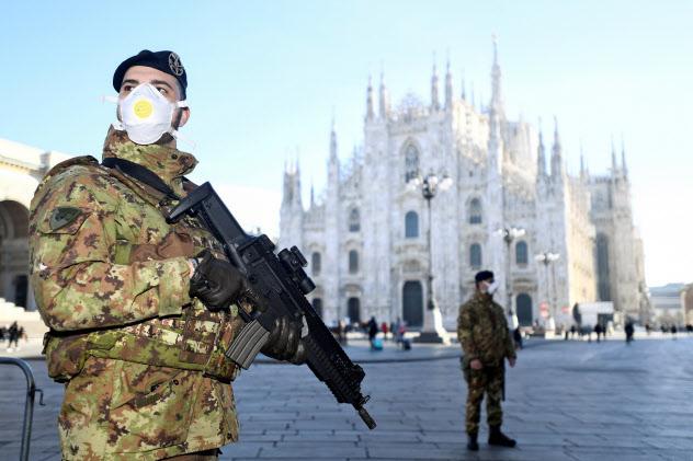 ミラノのドゥオーモ広場でマスクをつけて警備するイタリア軍=ロイター