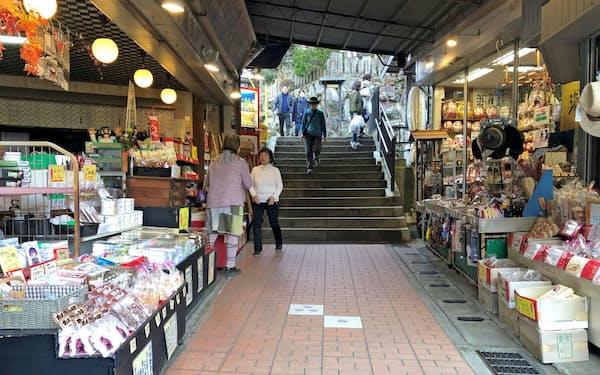 神社へ向かうこま参道には飲食店や土産店が並ぶ(神奈川県伊勢原市)