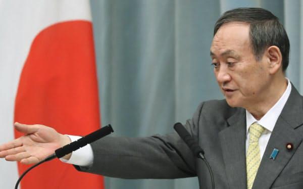 記者会見する菅官房長官(25日午前、首相官邸)