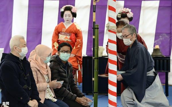 北野天満宮で行われた「梅花祭」の野だて茶会(25日、京都市)=共同