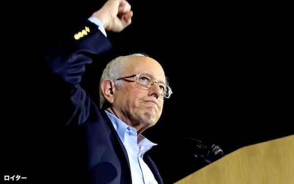 22日、ネバダ州での勝利の後、テキサス州サンアントニオで支持者を前に拳を上げるバーニー・サンダース氏=ロイター