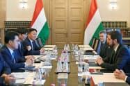 ロッテアルミニウムはハンガリー投資庁で工場進出の契約書を交わした(24日)=同社提供