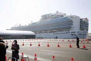 横浜・大黒ふ頭に停泊するクルーズ船「ダイヤモンド・プリンセス」(2月17日)=共同