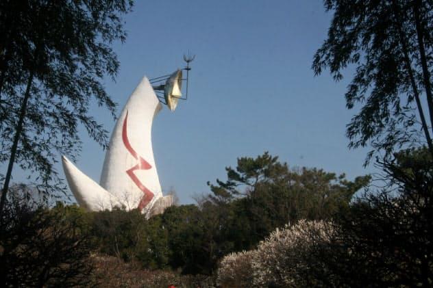 太陽の塔の西側は森に変貌している(大阪府吹田市の万博記念公園)