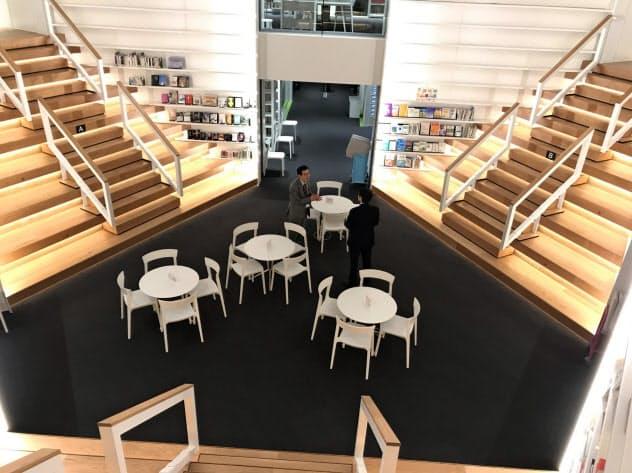 追手門学院大は階段状の本棚におすすめの本を配置
