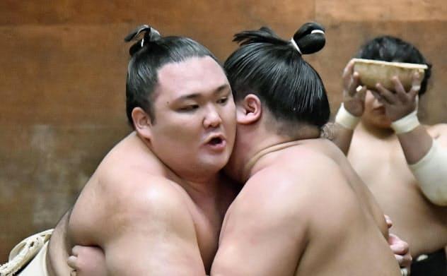 朝稽古で調整する朝乃山=左(25日、大阪市中央区の高砂部屋宿舎)=共同