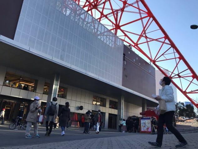 東京タワーの観光客は2〜3割減っている。マスク姿も目立った(23日)