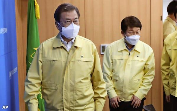 感染者が増える大邱市の対策会議に出席する文在寅大統領(左)(25日、韓国・大邱)=聯合・AP