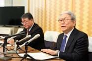 記者会見する国際教養大の鈴木学長(右)(25日、秋田県庁)