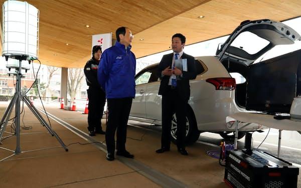 避難所でテレビ、非常用照明、携帯電話などの電源が取れる(25日、秋田市役所)