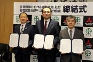 協定を結んだ秋田市の穂積市長(左)ら(25日、秋田市役所)
