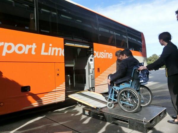 羽田空港で導入されている、車いすを自動昇降できるバス
