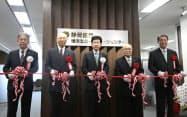 静岡銀の横浜支店・横浜ローンセンターの移転開業でテープカットする関係者(25日、横浜市)