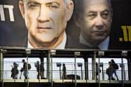 イスラエルでは3月2日に選挙が迫り街にガンツ氏((左))とネタニヤフ氏のポスターが貼られている=AP