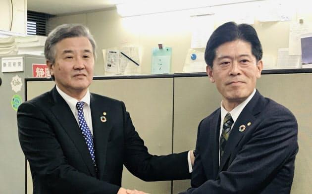 頭取に就任する岩山靖宏専務(右)と会長になる豊島勝一郎頭取(25日、静岡市)