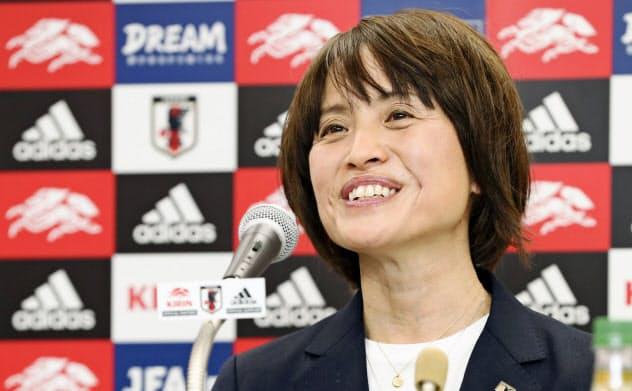 女子の国際親善大会「シービリーブスカップ」に臨む日本代表のメンバーを発表する高倉監督(25日、東京都文京区)=共同