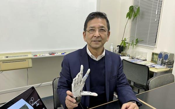 一般株主から資金調達したダブル技研は様々な形のモノをつかめるロボットハンドを得意とする(神奈川県座間市、和田博社長)