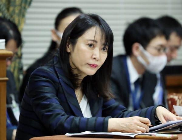 衆院予算委の分科会で質問を聞く森法相(25日)