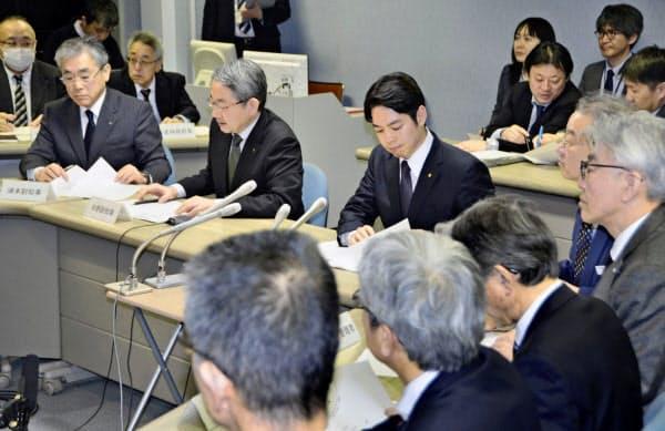 新型コロナウイルス感染拡大を受け開かれた北海道の対策本部会議(25日午後、北海道庁)=共同