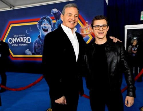 退任する米ウォルト・ディズニーのボブ・アイガー最高経営責任者(CEO)(左)=ロイター