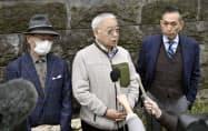 ニュージーランド・クライストチャーチ市のダルジール市長と面会後、取材に応じる遺族の堀田和夫さん(中央)ら(25日午後、東京都渋谷区)=共同
