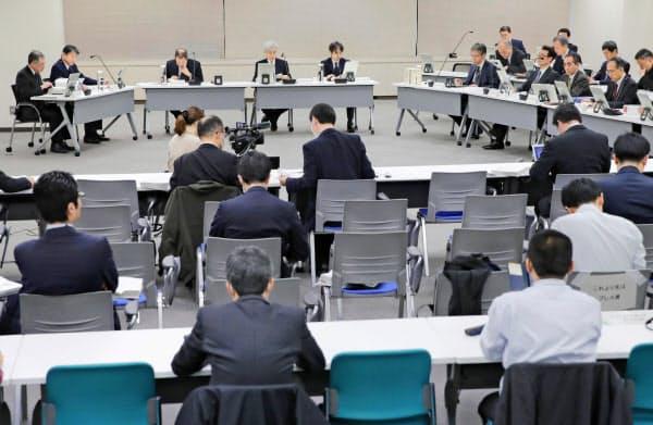 開催された原子力規制委の定例会合(26日午前、東京都港区)=共同