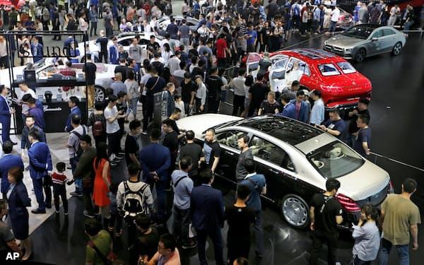 新型コロナウイルスの感染拡大を受け、自動車各社による新型車のお披露目の機会だった北京国際自動車ショーは延期が決まった(2018年の様子)=AP