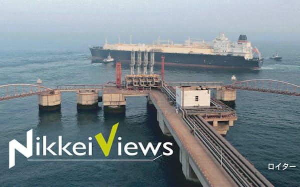 中国の需要減速懸念からLNG価格は大幅に下落している(大連沖のLNGタンカー)=ロイター