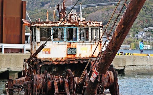 20年以上放置され、船体がさびで覆われた廃船(1月、長崎市)