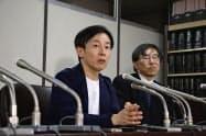 判決後に記者会見する青野氏(左)(26日、東京都内)