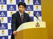 イベントの原則中止・延期を発表する群馬県の山本知事(26日、前橋市)