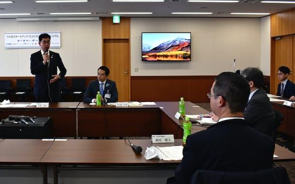 設立理事会であいさつする茨城県の宇野副知事(左)(26日、つくば市)