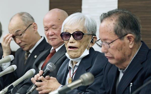 「菊池事件」を巡る国家賠償訴訟判決後、記者会見する原告ら(26日午後、熊本市)