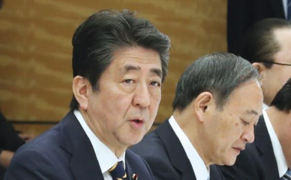 新型コロナウイルス感染症対策本部の会合で発言する安倍首相(26日、首相官邸)