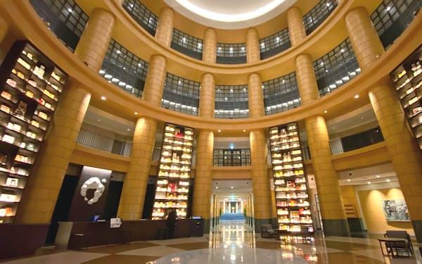 約5000冊の本を収納した書架を配置したロビー