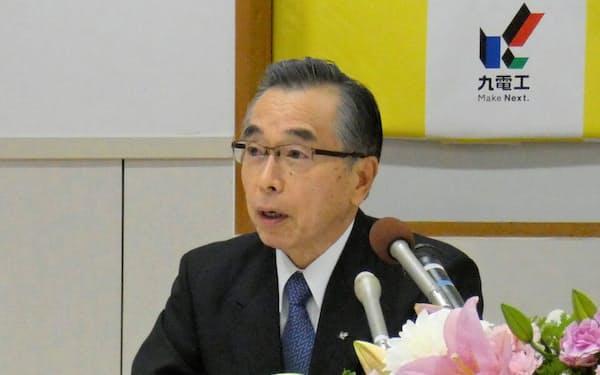 新社長に就任する佐藤会長(26日、福岡市)