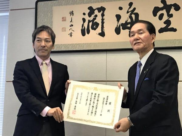 ゴーフィールド(左は森田会長)は、かがわ働き方改革推進大賞で最優秀賞を受賞した(13日、高松市)