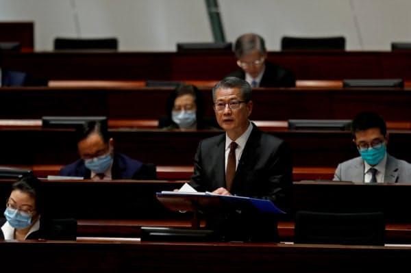 立法会で財政演説に臨む陳茂波・財政官(26日、香港)=ロイター