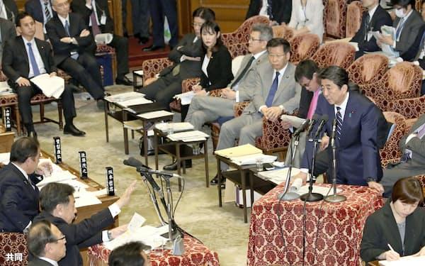 衆院予算委で立憲民主党の枝野代表(左下から2人目)の質問に答える安倍首相=26日午後