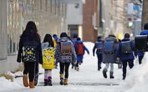 下校する札幌市内の小学生たち。北海道は全小中学校に1週間、臨時休校するよう要請した=26日午後