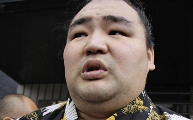 時津風部屋での出稽古を終え、取材に応じる横綱鶴竜(26日、大阪市東成区)=共同