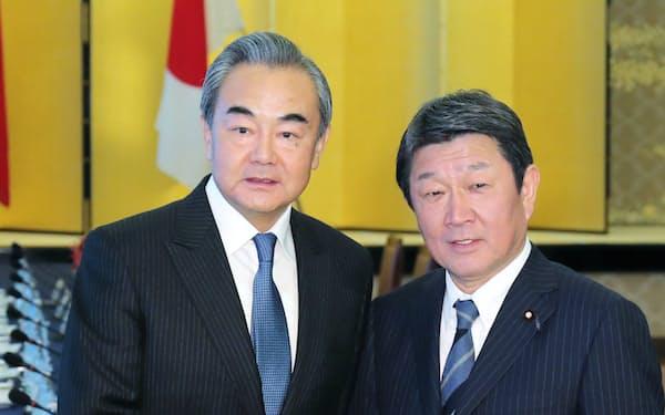握手する茂木外相(右)と中国の王毅外相(2019年11月25日、東京都港区)