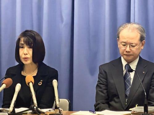 新型コロナウイルスに感染した女性ガイドについて説明する大阪府の担当者(26日夜、大阪府庁)