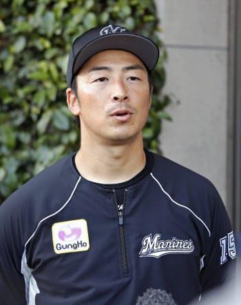 開幕投手に決まり記者の質問に答えるロッテ・美馬(26日、宮崎)=共同