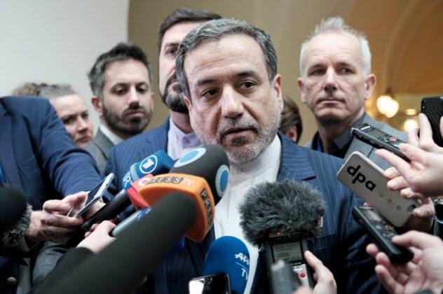 会合後、記者団の取材に応じるアラグチ外務次官(26日、ウィーン)