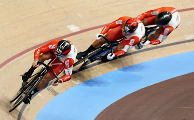 男子チームスプリント予選で9位に終わった(左から)雨谷一樹、新田祐大、深谷知広。東京五輪出場を逃した(26日、ベルリン)=共同