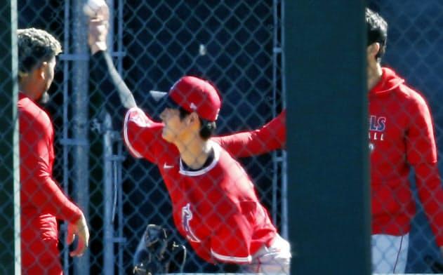 ブルペンで投球練習するエンゼルス・大谷(26日、テンピ)=共同