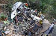 群馬県の山中に墜落し、大破した県防災ヘリコプター(2018年8月11日、運輸安全委員会提供)=共同